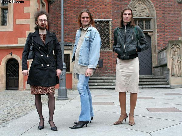Переоделся В Женскую Одежду